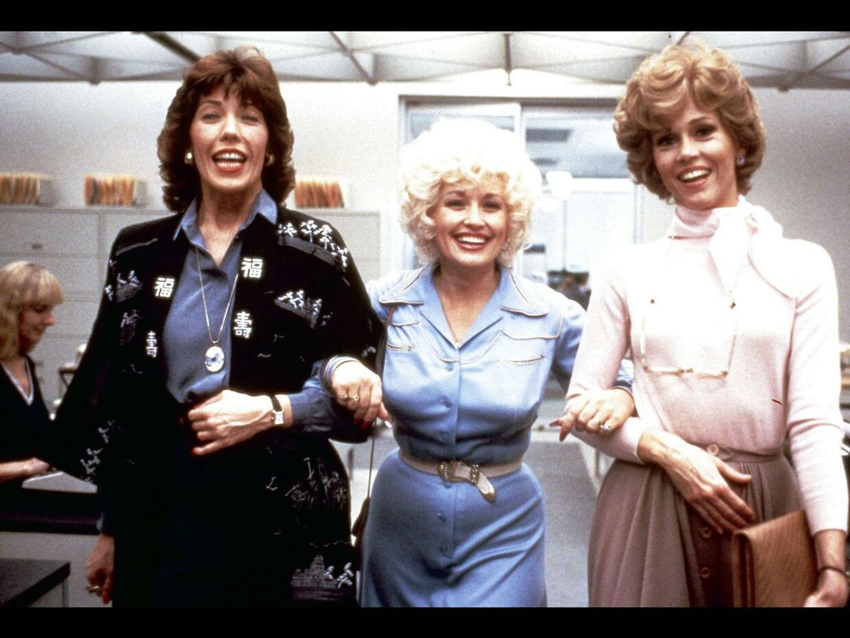 "Lily Tomlin, Dolly Parton og Jane Fonda i filmen ""Ni til fem"". Dolly Parton vandt en Grammy for titelsangen '9 to 5'."