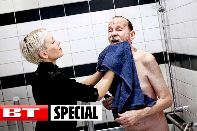 Silja hjælper kærligt sin far med morgenbadet.
