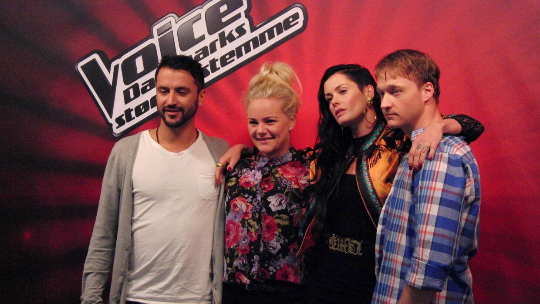 Aqua-Lene til Voice-pressemøde sammen med tre af sine sangere; Christian Krogh (th), Jean Paul og Louise Schouw Venø.