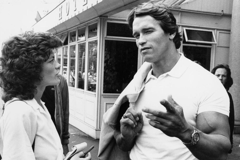 Arnold Schwarzenegger snakker med en journalist ude foran hotel d'Angleterre, hvor han altid boede i 80'erne.