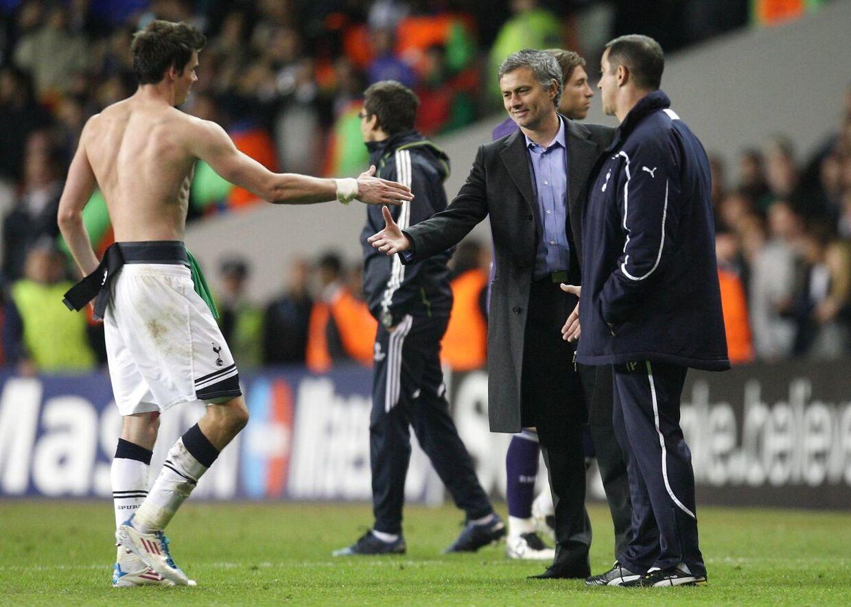Gareth Bale ryster hånd med José Mourinho i 2011. Bale som Tottenham-spiller, Mourinho som Real Madrid-træner.