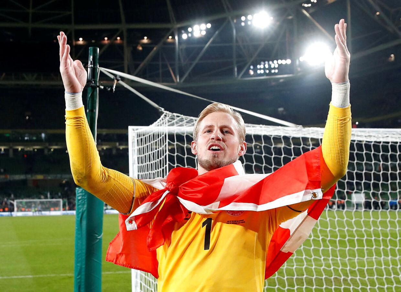Kasper Schmeichel holdt gang i de danske fans efter EM-pladsen kom i hus mod Irland.