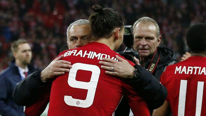 Her ses Zlatan omfavne Mourinho under deres fælles tid i Manchester United.