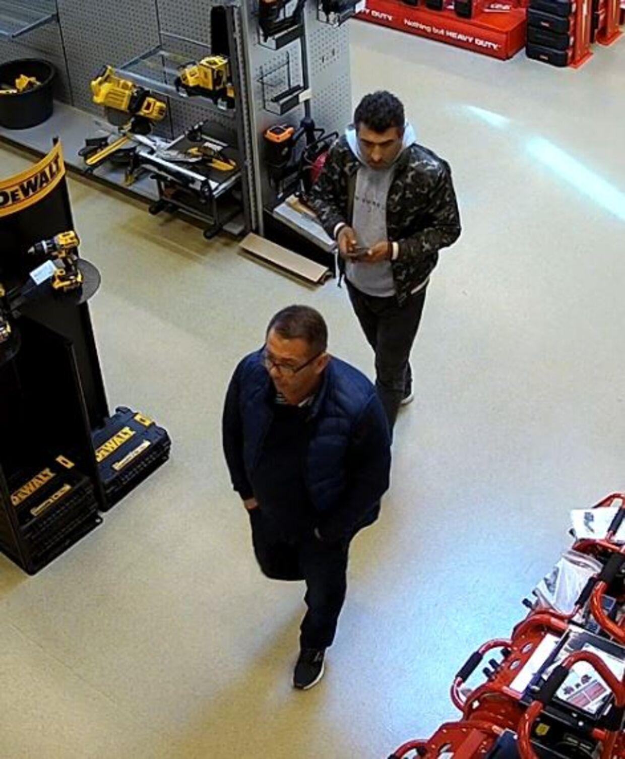 De to mænd, som politiet i Midt- og Vestjylland efterlyser i forbindelse med et tyveri i et byggemarked i Viborg.