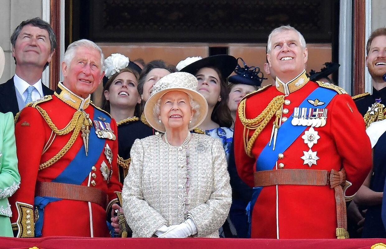 Dronning Elizabeth mellem sin ældste søn, prins Charles og yndlingssønnen prins Andrew. (Arkivfoto)