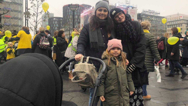 Denise Kristensen, hendes døtre - den ene i barnevogn - og bedstemor Bente Walther under fredagens march.