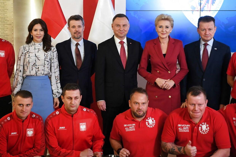 Mary overrakte blandt andet en pokal til de polske veteraner, der vandt over de danske veteraner i en fodboldturnering i oktober.
