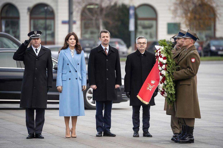Det blev til tider meget stift under besøger i Polen. Her må kronprinsparret nærmest marchere i takt med soldaterne for at lægge en krans.