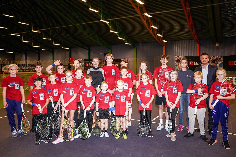 Caroline Wozniacki til et fællesbillede, før hun skal spille tennis med anbragte børn på KB's tennis baner på Frederiksberg, tirsdag den 26. november 2019