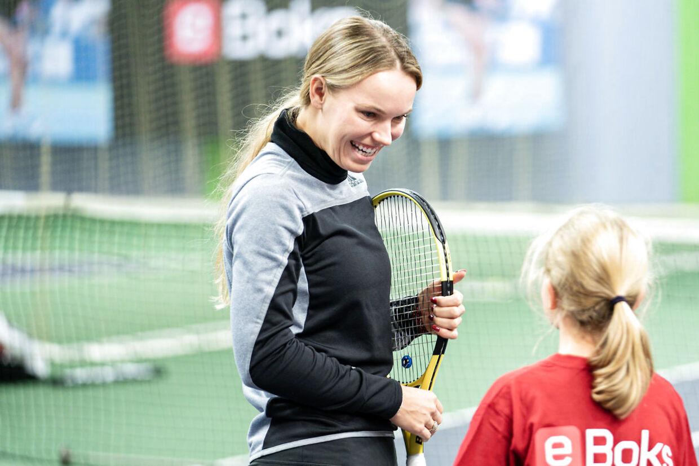 Caroline Wozniacki taler med Jasmin på 13 år, før de spiller tennis på KB's tennis baner på Frederiksberg, tirsdag den 26. november 2019