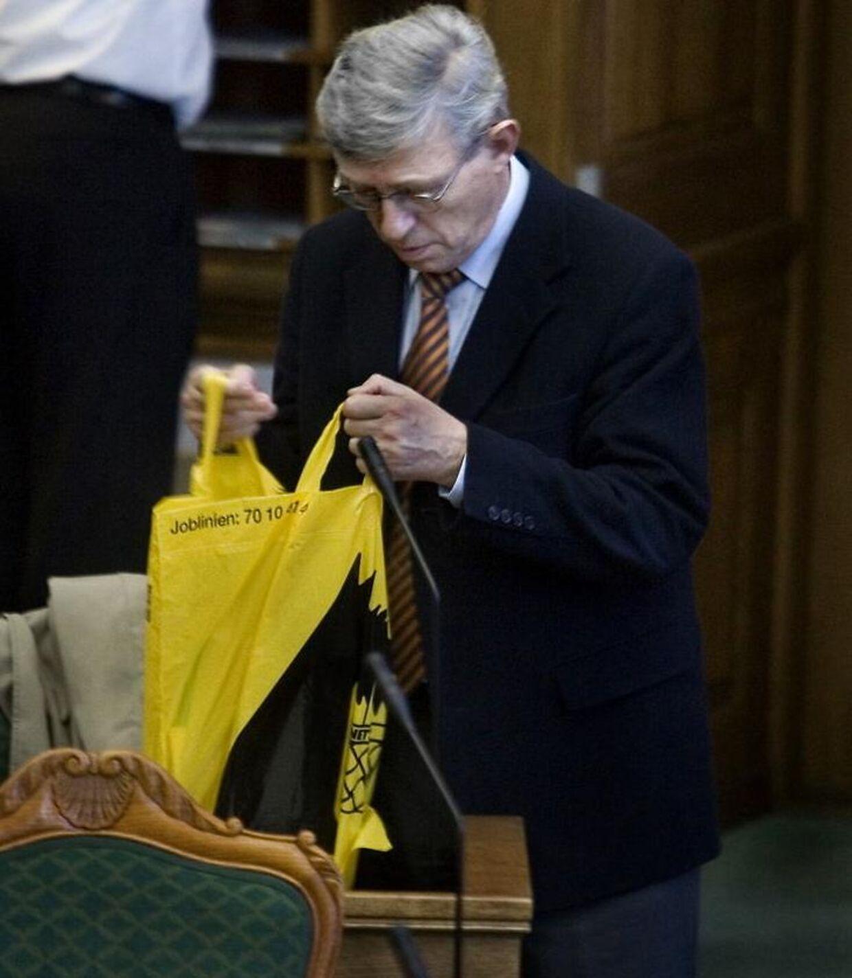 Dansk Folkepartis Søren Krarup var ikke bange for at vise sig offentligt med en Netto-pose 15. november 2006.