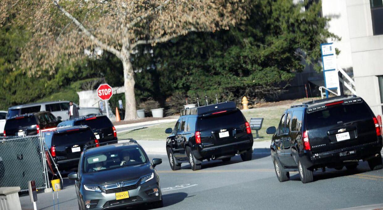 Præsidenten med følge, da han ankom til hospitalet Walter Reed National Military Medical Center i Maryland lørdag 16. november.