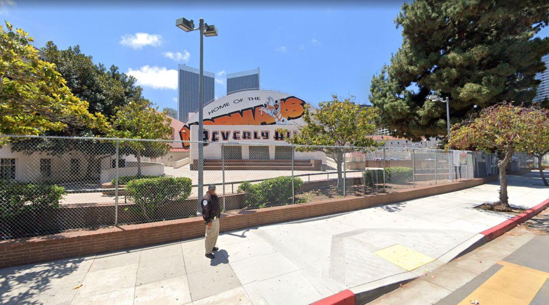 En vagt foran Beverly Hills High School i Los Angeles.