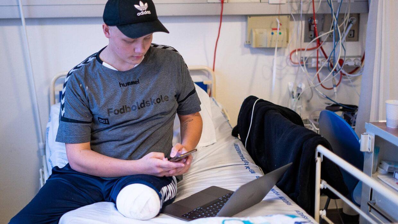 Rasmus Davison fik amputeret benet 20. november 2019. Her ses han en uge efter operationen på Riget. Foto: Byrd / Louise Askly