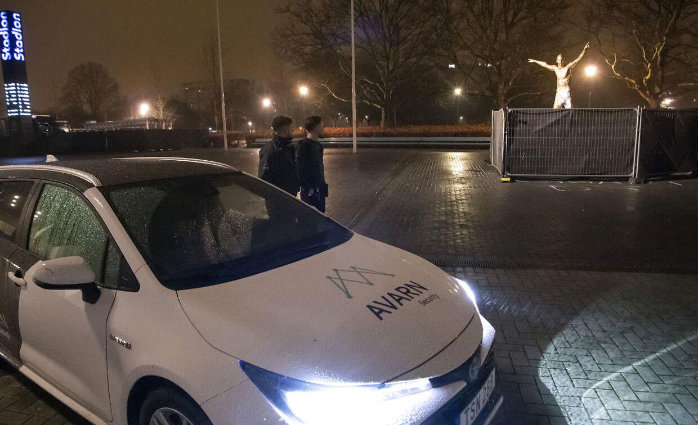 Der er også sikkerhedsfolk i området, der nu beskytter Zlatan-statuen i fodboldspillerens hjemby.