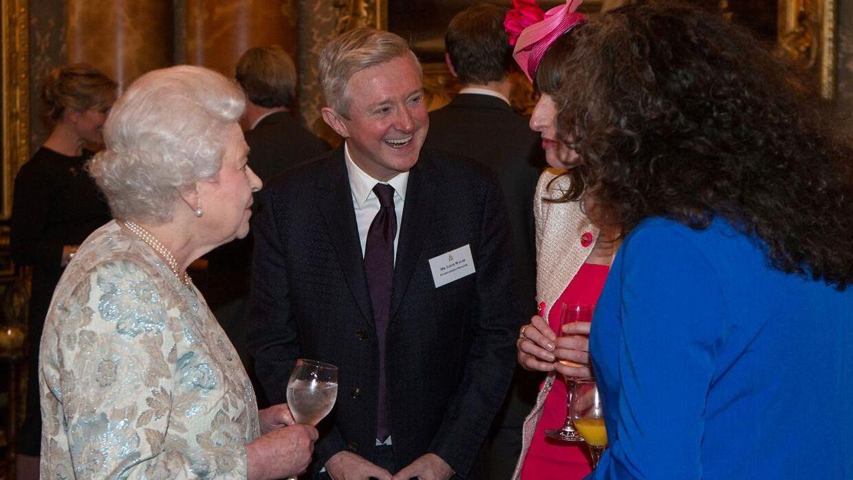 Louis Walsh, der her ses i selskab med Dronning Elizabeth, er blandt andet kendt fra tv, hvor han i flere sæsoner har medvirket som dommer i X Factor.