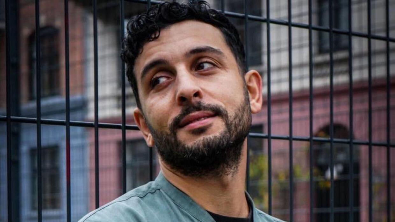 Mazen Ismail flygtede til Danmark som femårig. Nu har han fået en pris og 80.000 kroner fra Statens Kunstfond for sin udgivelse 'Sådan overtager vi Danmark'.