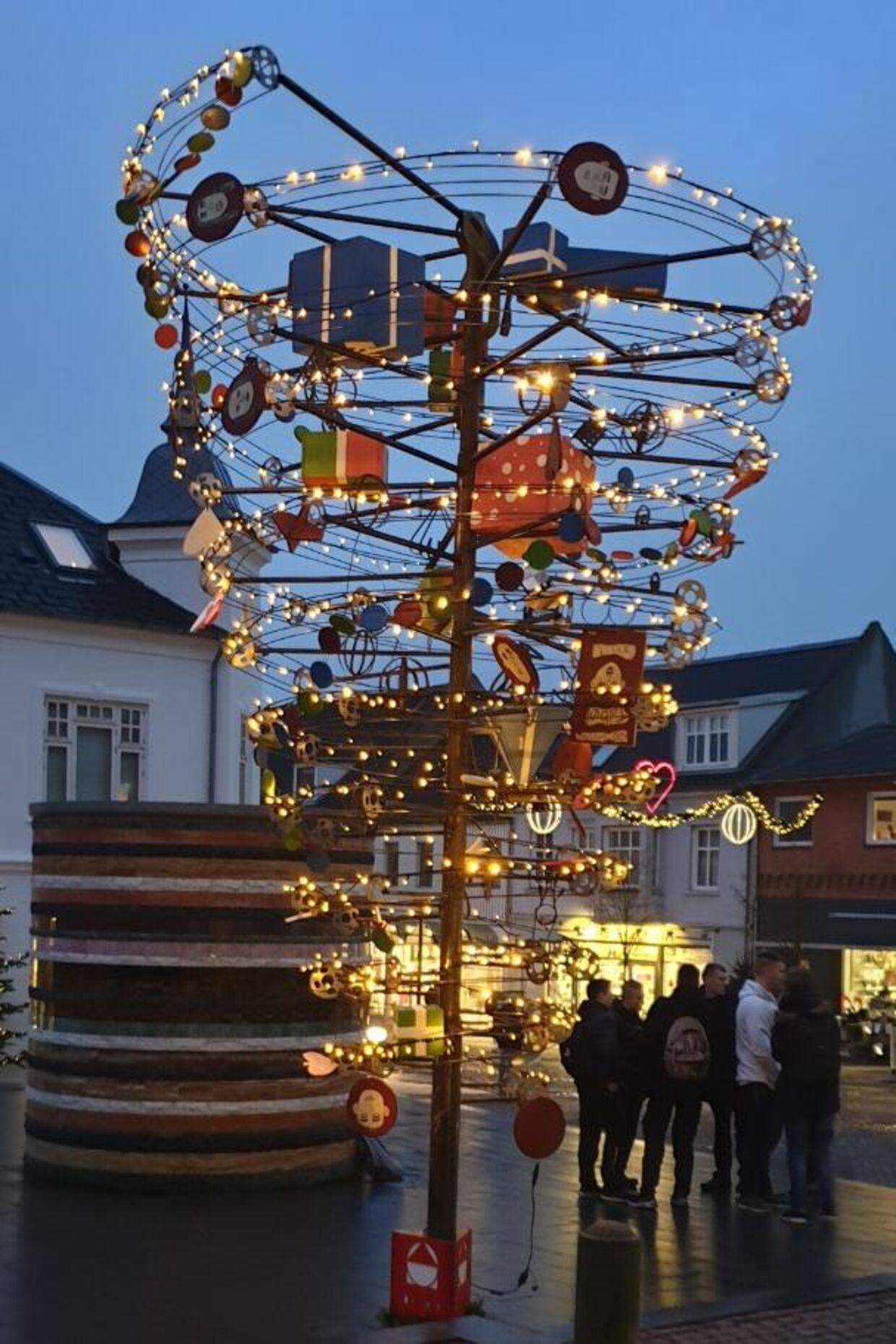 Årets juletræ i Aars er skabt i samarbejde mellem en lokal kunstner og en gruppe unge på byens erhvervsskole.