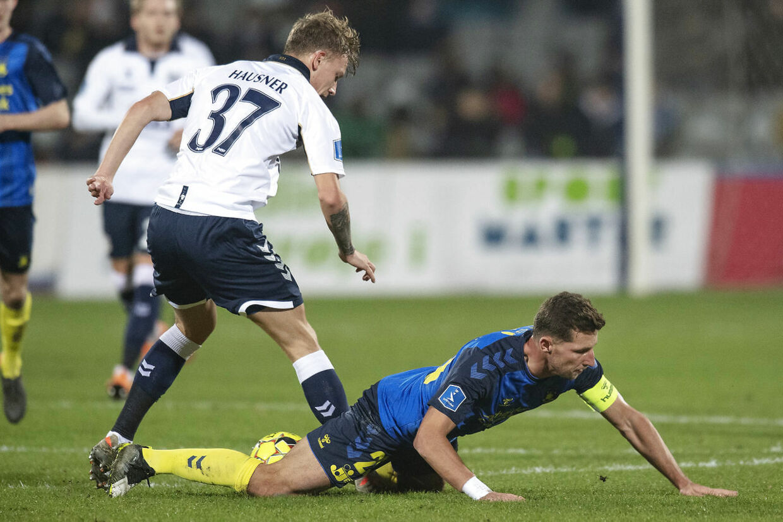 Den unge AGF'er, Sebastian Hausner, i duel med Brøndbys Kamil Wilczek