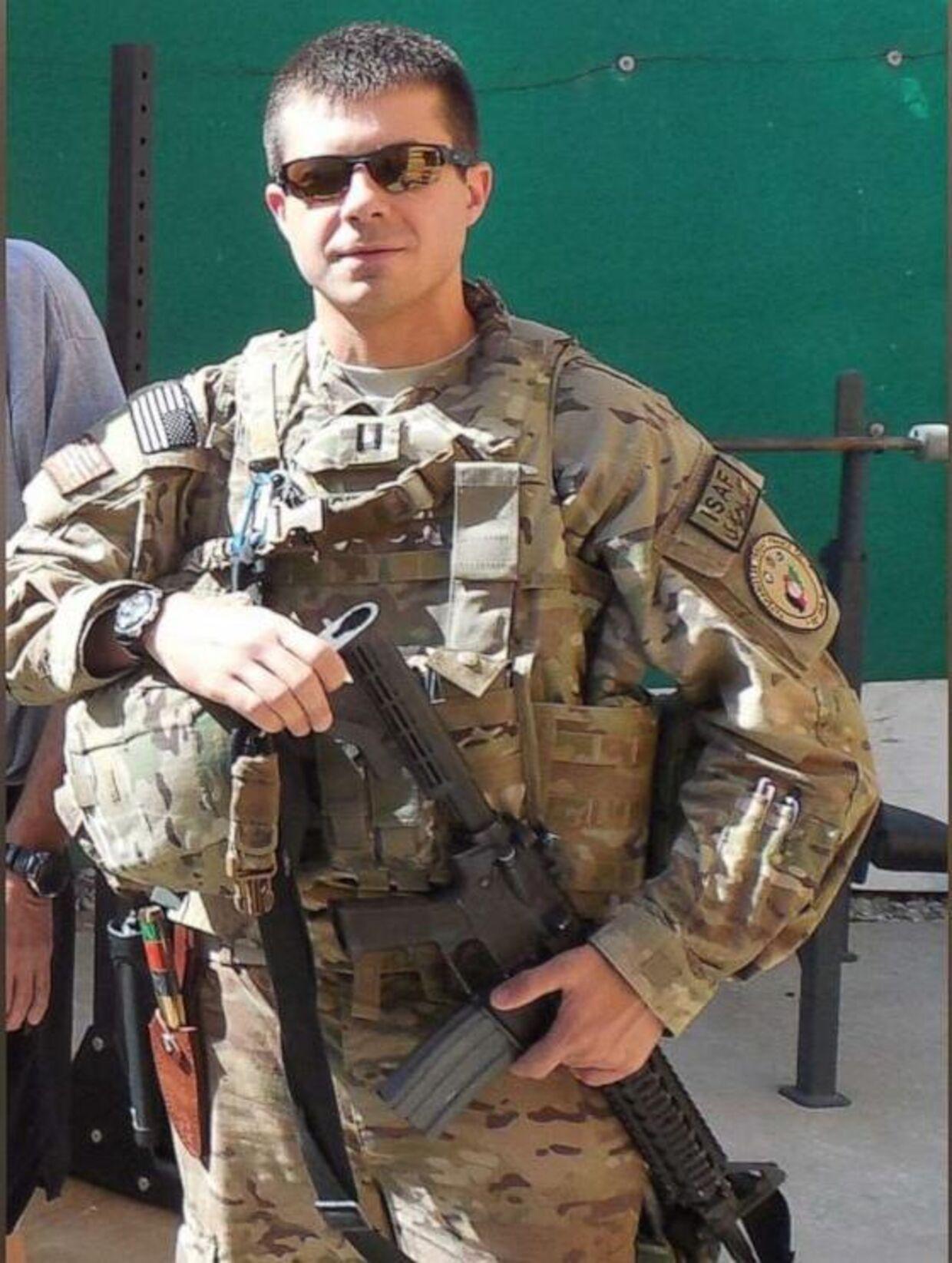 Pete Buttigieg svært bevæbnet og i fuld uniform. I 2014 var præsidentkandidaten udstationeret i Afghanistan.