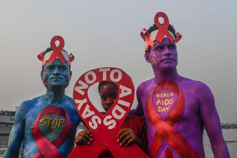 Verden over markeres World Aids Day. Her ses frivillige i Kolkata i Indien. Dibyangshu Sarkar/Ritzau Scanpix