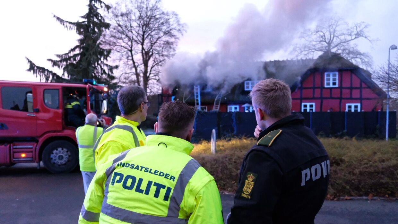 Beredskabet arbejder søndag eftermiddag på at slukke branden på Støvlet Katrines Hus.
