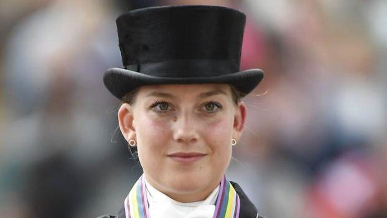 Cathrine Dufour - her ved en tidligere medaljeoverrækkelse - slog søndag verdens bedste dressurryttere.