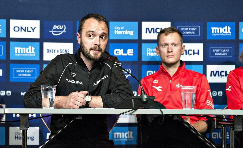 Landstræner Anders Lund (tv.) har svært ved at få armene ned over dansk cyklings succes i øjeblikket.