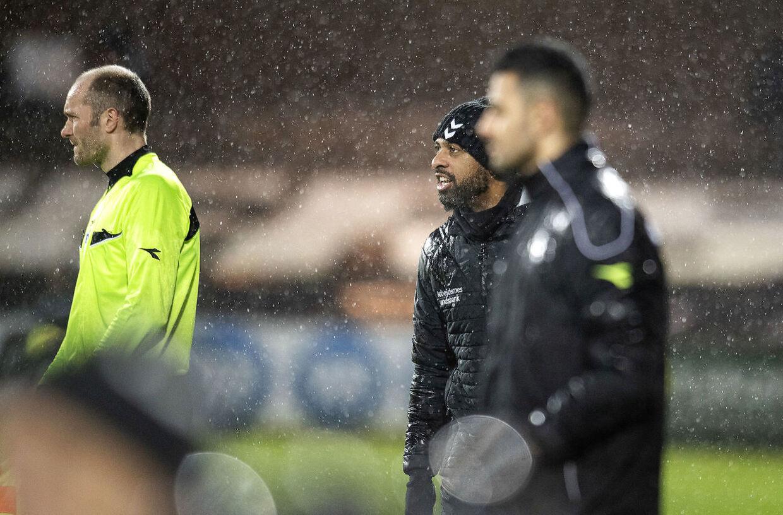 AGF's cheftræner David Nielsen i aktion på sidelinien i søndag eftermiddags Superliga-regnvejrskamp mod Esbjerg fB.