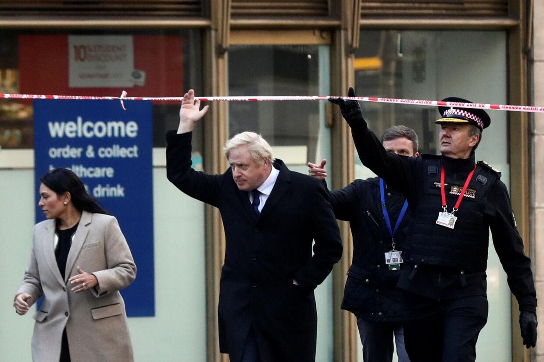 Premierminister Boris Johnson besøgte i weekenden London Bridge, hvor to mennesker blev stukket ihjel med en kniv fredag eftermiddag. Simon Dawson/Ritzau Scanpix