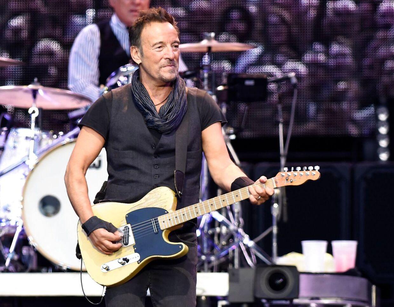Bruce Springsteen i vante omgivelser, på scenen med en guitar i hænderne.
