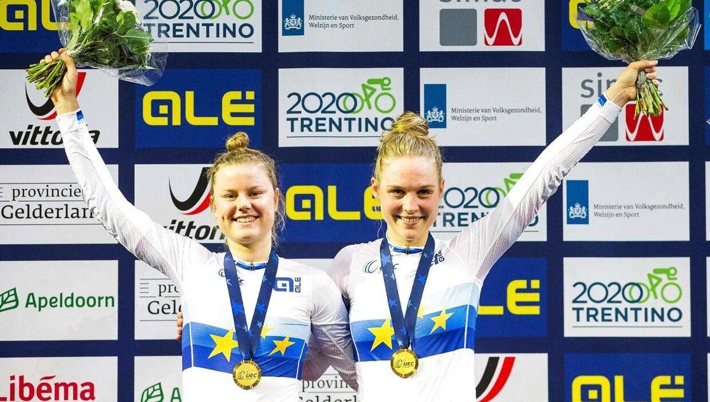 Amalie Dideriksen (tv.) og Julie Leth (th.) på podiet for at modtage guldmedaljen.