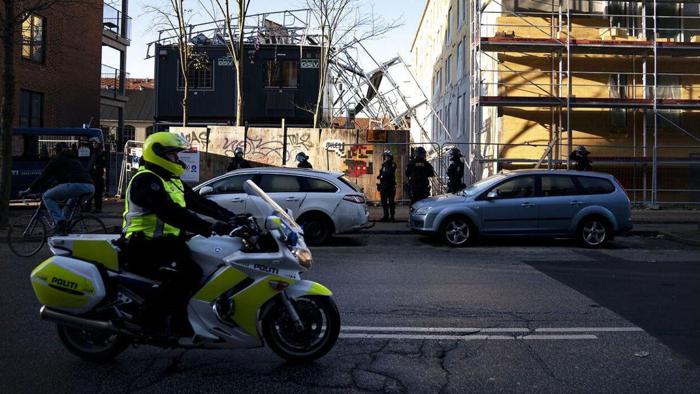Politiet var talstærkt tilstede på Lundtoftegade på Nørrebro, hvor en arbejdskonflikt eskalerede mandag formiddag.