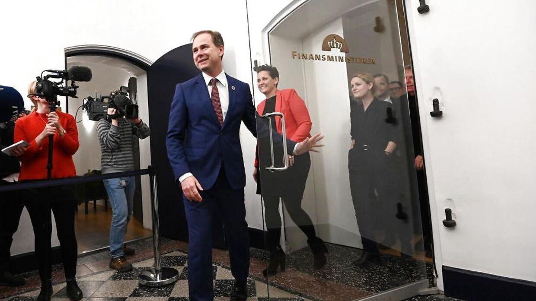 Finansminister Nicolai Wammen (S) på vej uf fra forhandlingerne.