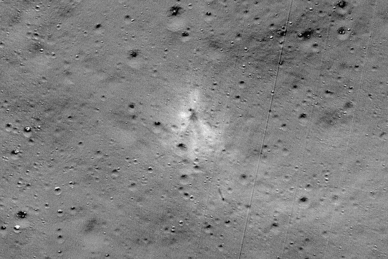Her ses landingsfartøjets Vikrams nedslagsområde i et billede udsendt af Nasa, USA's rumfartsadministration. Handout/Ritzau Scanpix
