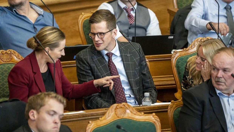 Statsminister Mette Frederiksen fra Socialdemokratiet taler med Politiske leder af Liberal Alliance Alex Vanopslag.