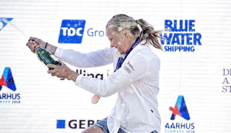 Anne-Marie Rindom på podiet med champagne og VM-bronzemedalje i 2018.