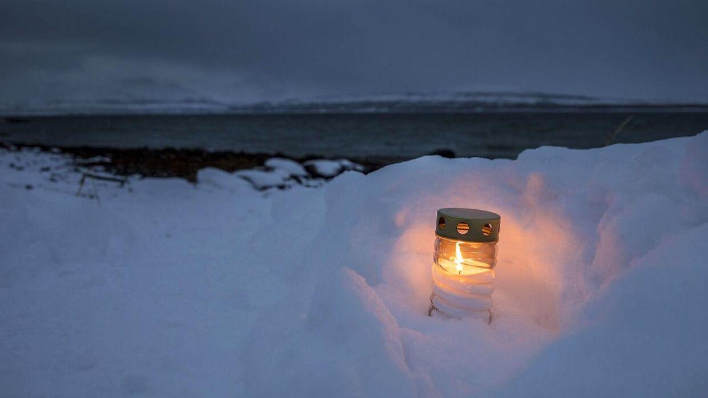Tirsdag formiddag havde nogen stillet et lys ved stranden, hvor kvinden og de tre børn blev fundet.