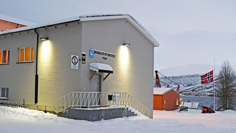 Den seksårige pige, der døde kort efter, hun blev hentet op fra vandet, gik i skole på Borgtun skole i Tromsø. De flager på halv.