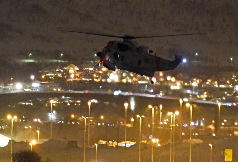 Tromsø 20191202. Det letes fremdeles i Sandesundet etter at fire personer ble funnet livløse i vannet tidligere i ettermiddag. Her er en Sea-King i lufta. Foto: Rune Stoltz Bertinussen / NTB scanpix