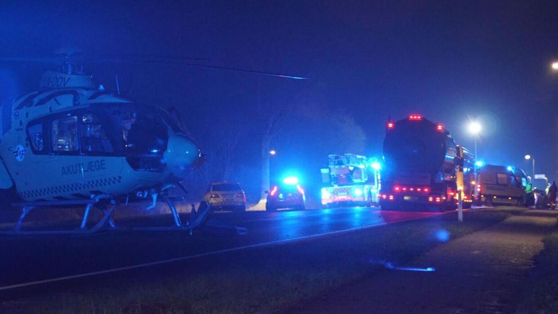 En helikopter venter på Aarøsund Landevej i forbindelse med en dramatisk ulykke ved Haderslev.