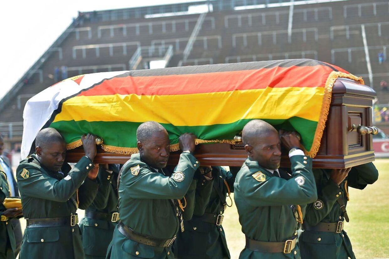 Soldater i uniform bar Robert Mugabes kiste, da den ankom til Rufaro-stadionnet Zimbabwes hovedstad Harare.