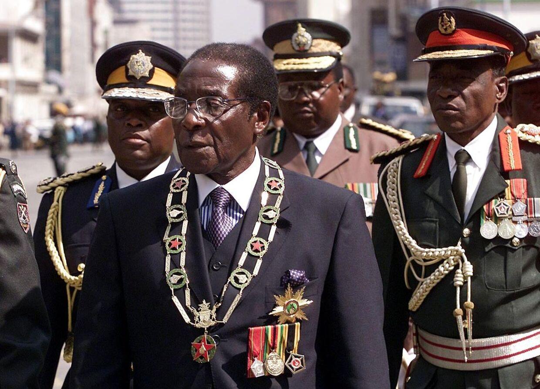 Arkivfoto. Robert Mugabe under en troppeinspektion i 2002.