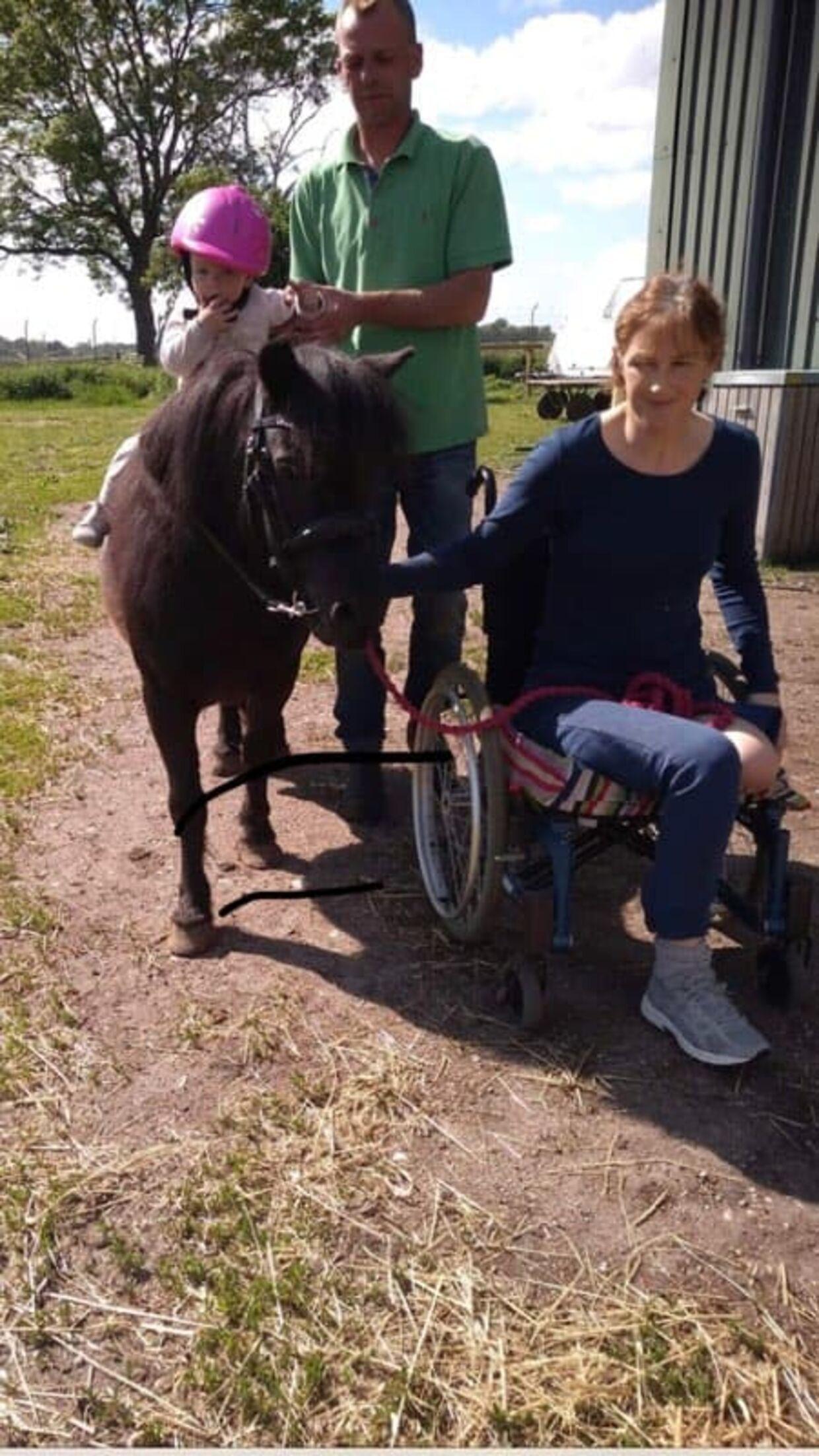 Heidi Marie Claumarch med sin kæreste, datter og hest efter ulykken.