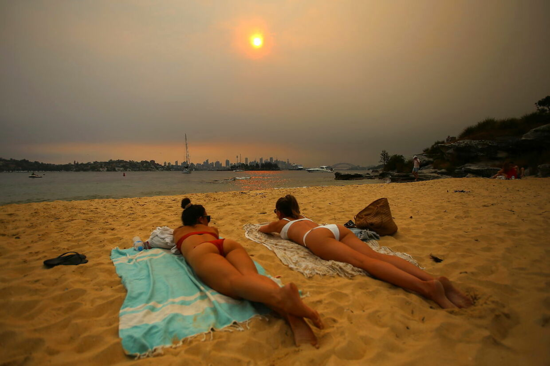 Udsigten fra stranden Milk Beach i Sydney har fået et helt særligt orange skær på grund af skovbrandene.
