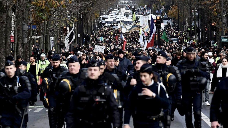 Fransk uropoliti i gaderne i forbindelse med de mange demonstrationer landet over.