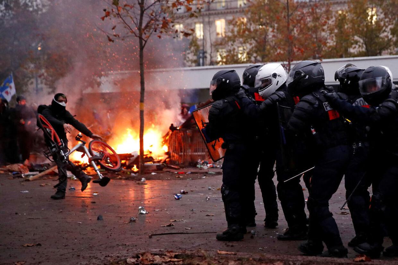 Store demonstrationer i Paris pga. regeringens plan om en pensionsreform.