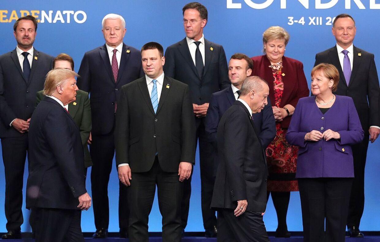 Donald Trump og tyrkisets præsident Recep Tayyip Erdogan spadserer forbi andre ventende Nato-ledere bl.a. Mette Frederiksen, Estlands Juri Ratas, Emmanuel Macron, Angela Merkel.