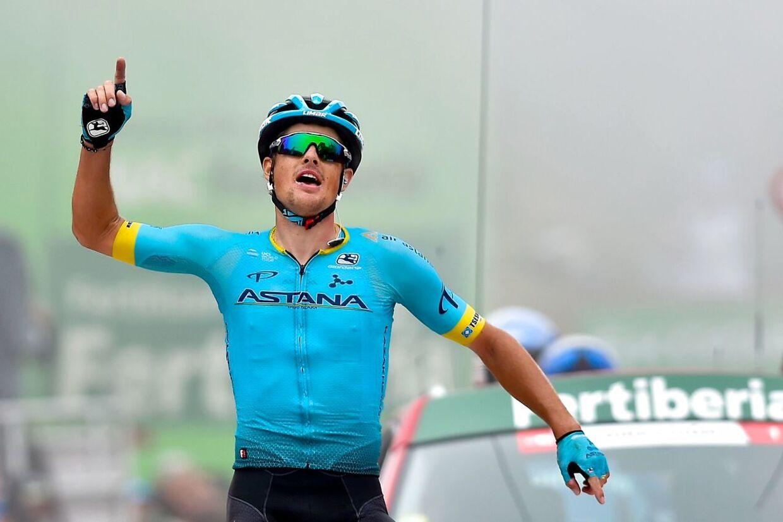 Jakob Fuglsang rækker hænderne i vejret. Han har vundet 16. etape af Vuelta a España.
