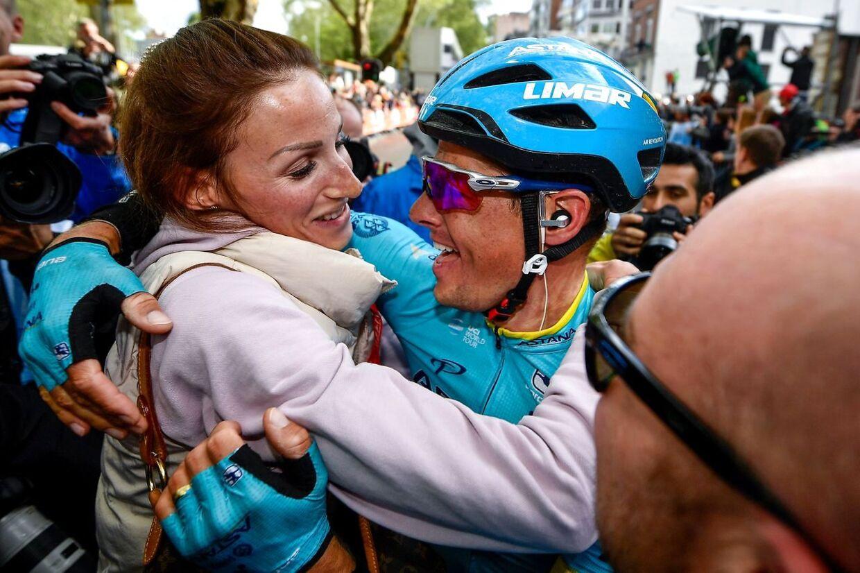 Jakob Fuglsang med hustruen, Loulou, sekunder efter han vandt Liège-Bastogne-Liège.